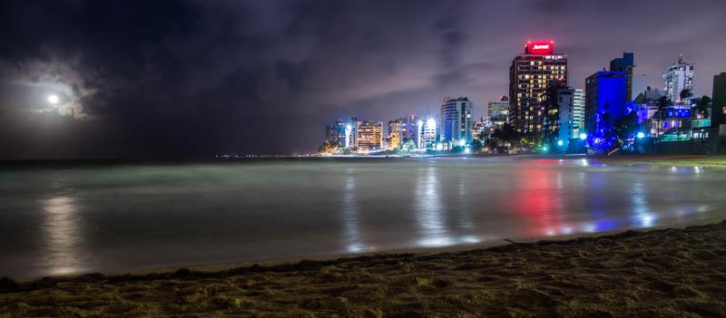 Langzeitbelichtung der Skyline von San Juan
