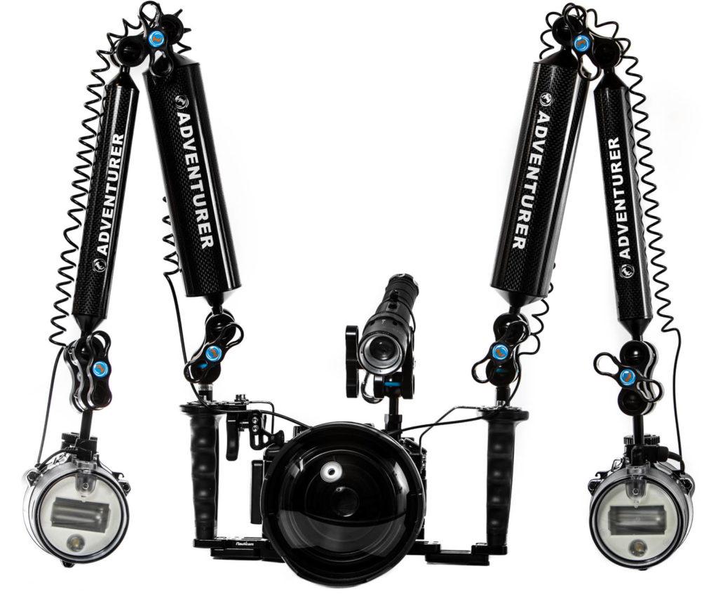 Komplette Unterwasserkamera mit Unterwassergehäuse und externen Blitzen
